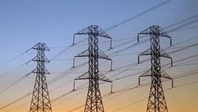 الفرق الهندسية المُكلفة بإصلاح خطوط نقل الكهرباء بمأرب تتوقف عن العمل