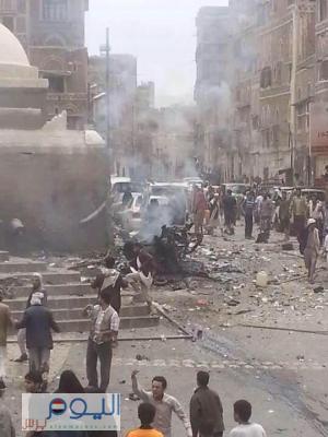 بالصور - قتلى وجرحى في تفجير سياره مفخخه أمام أحد المساجد بالعاصمة صنعاء