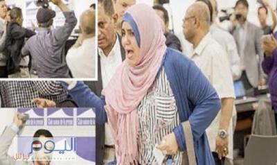 """الصحفية """" ذكرى العراسي """" ترفض بيع حذائها الذي ضربت به الحوثي وتكشف دوافع إقدامها على هذا التصرف"""