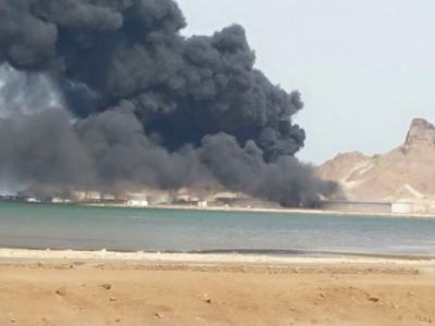 """تحذيرات من كارثة إنسانية وبيئية بعد إستهداف الحوثيين لميناء """" الزيت """" بعدن ( صور)"""