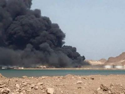 إستمرار إشتعال النيران بخزانات الوقود بمصافي عدن ومدير عام شركة النفط بعدن يكشف عن المتسبب بتلك الكارثة