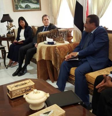 وزير الداخلية اليمني  يبدأ أولى مهامه بلقاء السفير الأمريكي ( صورة)