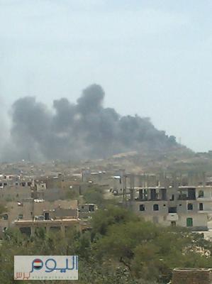 """شاهد بالصور أعمدة الدخان وهي تتصاعد نتيجة للغارات الجوية على منطقة """" المحجر """" اليوم بصنعاء"""