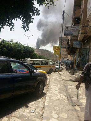 عاجل : إنفجارات مخازن الأسلحة وتصاعد الأدخنة من معسكر الحفا بعد غارات جوية ( صور أولية )
