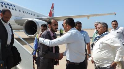 أول وزير في حكومة بحاح يتجاوز عدن ويصل محافظته قادماً من الرياض