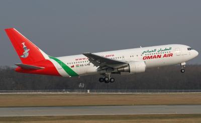 وصول طائرة عُمانية إلى مطار صنعاء لنقل الوفد الحوثي والمؤتمري - الأسماء