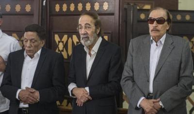شاهد بالصورة نجوم السينما المصرية يشيعون الفنان نور شريف