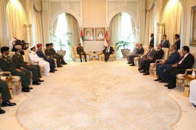 شاهد بالصور الرئيس هادي يجتمع بقيادات عسكرية إماراتية ويمنحهم الأوسمة