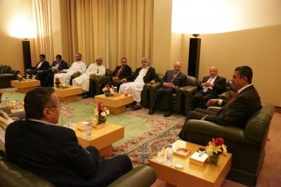 بحاح يجتمع بقيادات حزب المؤتمر ( صورة)