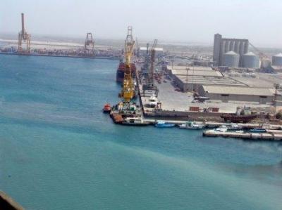غارات جوية عنيفة استهدفت ميناء الحديدة