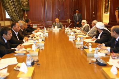 الرئيس هادي يرأس إجتماع استثنائي للحكومة ومستشاريه ( صورة)