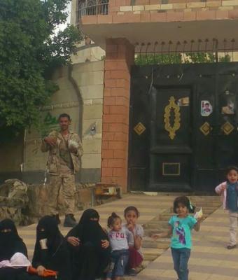 """شاهد بالصورة  """"منظر مؤلم """"عائلة القيادي الإصلاحي  المُعتقل محمد قحطان تعتصم أمام أحد المنازل الذي يسيطر عليه الحوثيين"""