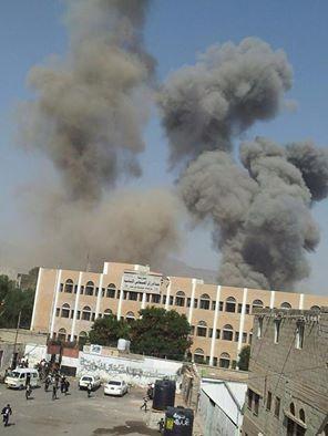 شاهد صورة مؤثرة لغارة جوية استهدفت محيط إحدى المدارس بالعاصمة صنعاء والطلاب يهرعون