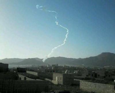 شاهد بالصور لحظة إنطلاق فاشلة للصاروخ الذي اطلقه الحوثيون من العاصمة صنعاء صباح اليوم