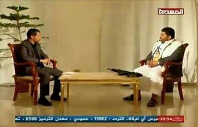 """محمد علي الحوثي يظهر في مقابلة تلفزيونية وأمامه سلاح """" كلاشينكوف"""" وناشطون يسخرون ( صورة)"""