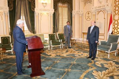 بالصور .. الوزراء الجدد يؤدون اليمين الدستورية أمام الرئيس هادي