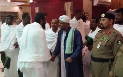وزير الأوقاف اليمني يستقبل الحجاج اليمنيين برفقة مسؤول أمني سعودي رفيع ( صور)