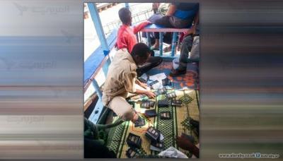 موظف جيبوتي يدوس على جوازات يمنيين أثناء عمله ( صوره - تقرير )