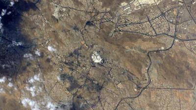 شاهد صورة من الفضاء لمصورعالمي يلتقط بياض الحرم المكي
