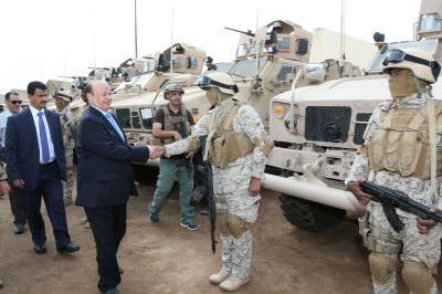 الرئيس هادي يزور مواقع القوات السعودية بعدن ( صور )