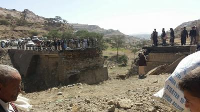شاهد بالصور كيف اصبح أحد الجسور الذي يربط الحديدة بصنعاء بعد غارات التحالف