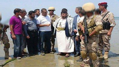 """محمد علي الحوثي يزور موقع ما يسمى بـ """"الميناء النفطي """" بالصليف ( صورة)"""