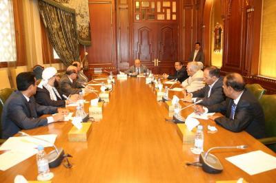 الرئيس هادي يعقد إجتماعاً بهيئة مستشاريه ويوجه بتسهيل دخول المشتقات النفطية