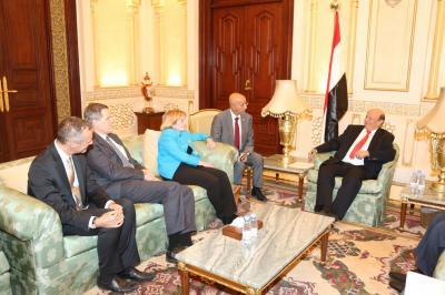 الرئيس هادي يستقبل مسؤولاً رفيعاً في الخارجية الأمريكية ويكشف سبب إحتجاز التحالف لسفن المشتقات النفطية