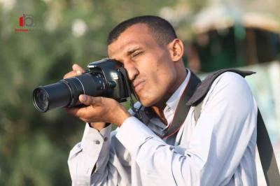 مصور يبيع  كاميرته الشخصية لإغاثة أبناء  تعز - صوره