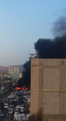 """شاهد بالصور .. الحرائق تلتهم """" السوق السوداء """" الخاصة بالمشتقات النفطية بأحد شوارع العاصمة صنعاء"""