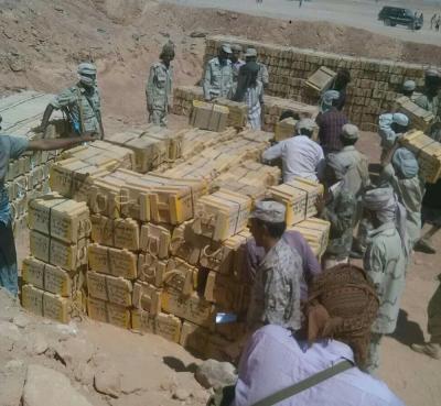 وصول شحنة أسلحة للواء عسكري يتبع الشرعية استعداداً لمعركة شبوة ( صورة - تفاصيل )