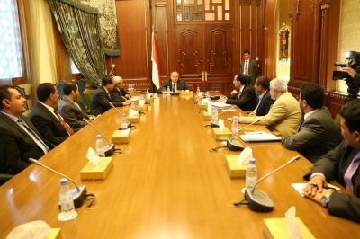 الرئيس هادي يلتقي بقيادات من محافظة تعز وأحد الحاضرين يكشف عن مفاجآت في الأيام القادمة ( صورة)