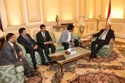 الرئيس هادي يلتقي بمحافظي 4 محافظات ويحثهم على النزول الميداني ( صورة)