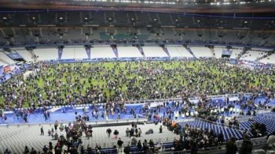 بالفيديو والصور .. لحظة وقوع إنفجارات باريس وهلع الجماهير أثناء مباراة فرنسا مع المانيا وتواجد الرئيس الفرنسي