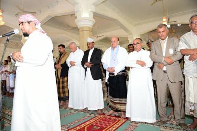 الرئيس هادي يؤدي صلاة الجمعة في أحد مساجد عدن ( صورة)
