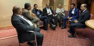 وفد الحوثيين وحزب صالح يتجه إلى مسقط ومصادر تتحدث عن تأجيل محادثات حل الأزمة في اليمن