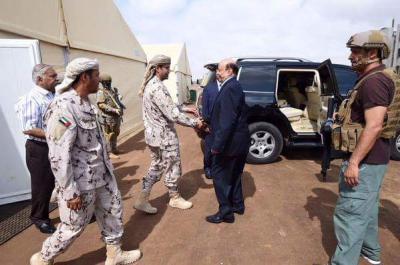 في أول خروج له خارج محافظة عدن .. الرئيس هادي يصل لحج ويزور قاعدة العند برفقة قيادات عسكرية يمنية