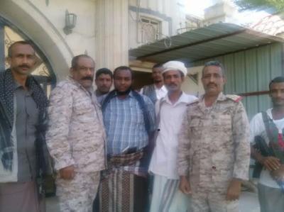 بالصورة .. العميد جواس في منزل العميد الأسير لدى الحوثيين فيصل رجب