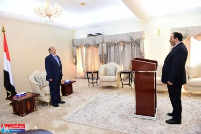 بالصور .. نائب رئيس الوزراء وزير الخدمة المدنية ووزير الإعلام يؤديان اليمين الدستورية أمام الرئيس هادي