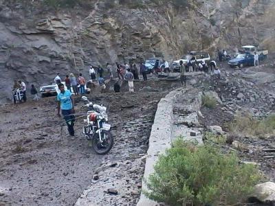 شاهد بالصور .. هكذا يتم تفجير الطرق وتلغيمها من قبل الحوثيين وقوات صالح في تعز