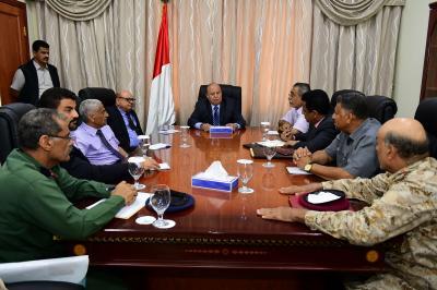 الرئيس هادي يعقد إجتماعاً إستثنائياً بقيادات عسكرية وأمنية بعدن ويتهم بعض القوى بمحاولة خلط الأوراق ( صورة)