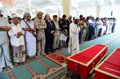 """عدن تودع """" الشهيد """" اللواء جعفر محمد سعد والرئيس هادي يؤدي الصلاة على جثمانه ( صورة)"""