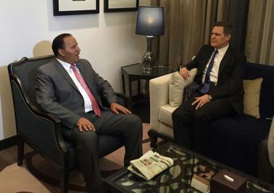 نائب رئيس الوزراء وزير الخدمة المدنية يلتقي السفير الأمريكي في أول ظهوراً له منذ تعيينه( صورة)