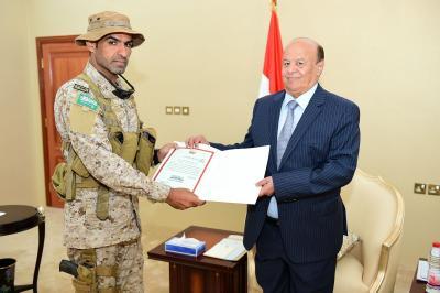 الرئيس هادي يمنح قائد قوات العمليات الخاصة السعودية بعدن وسام الشجاعة( صورة)
