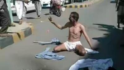 بالصوره .. جندي يمني يخلع ملابسه ويقطع أحد شوارع العاصمة صنعاء بعد أن أقدم الحوثيون على ضربه