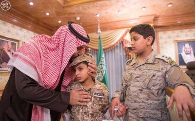 """بالصور .. الأمير محمد بن سلمان يستقبل أسرة العقيد """" السهيان """" الذي قُتل في اليمن"""