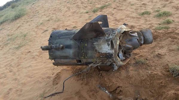 شاهد بالصور .. آثار الصاروخ الذي أطلقه الحوثيون وسقط داخل الأراضي السعوديه فجر اليوم