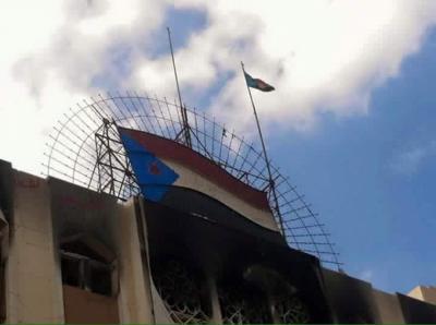 """بتوجيهات من محافظ عدن عيدروس الزبيدي .. علم ما تسمى بـ """" دولة الجنوب """" يرفع فوق المجمع الحكومي ( صورة)"""