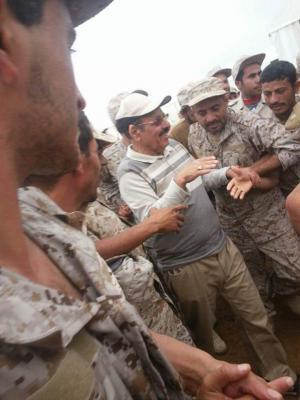 بالصورة .. اللواء علي محسن الأحمر يزور قوات الجيش الموالي للشرعية