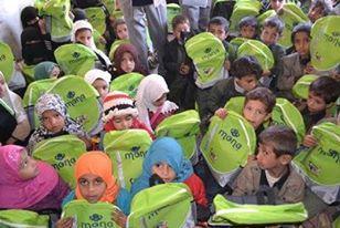 ضمن حملة ساعدني كي أتعلم .. (منى) تدشن توزيع 3000 حقيبة مدرسية